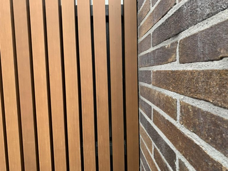 Image of a bricklayer in Toowoomba laying a brick fence